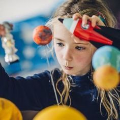 Que el niño hable solo mientras juego tiene muchos beneficios para su desarrollo: aprende maneras distintas de comunicarse, empatiza con todos los personajes del juego y usa diferentes roles. Los beneficios de que los niños hablen solos mientras juegan.