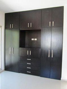Wardrobe with tv stand california closets bedroom for Disenos de closets modernos