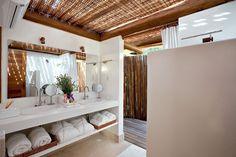 (Foto: Tuca Reinés) Bathroom at a beach house. Trancoso, Bahia, Brazil. By David Bastos.