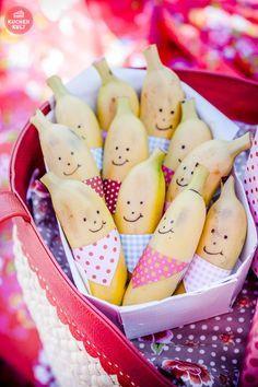 So greifen die Kleinen doch direkt schneller zu Obst. Diese lustigen Bananen sind der perfekte Snack für deinen nächsten Kindergeburtstag