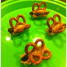 Healthy butterfly snack for kids - celery, peanut butter, pretzels and raisins. Mmmmm mmmm good, and cute! :) For a low Fat peanut butter treat try using Dowd & Rogers Peanut Powder or Peanut Powder with Cacao. Cute Snacks, Lunch Snacks, School Snacks, Cute Food, Good Food, Yummy Food, Kid Snacks, Lunches, Healthy Dog Treats