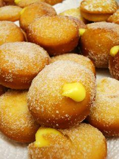 the recipes in the kitchen of potato chips: cream donuts - DOLCI - CAKES - Krapfen Italian Desserts, Italian Recipes, Argentine Recipes, Churros, Wine Recipes, Cooking Recipes, Donuts, Bread Cake, Happy Foods