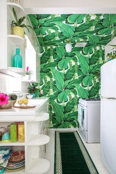 Kristen's Palm Beach-Inspired Home In Burbank — House Tour Impression 3d, Accent Wall In Kitchen, Tropical Kitchen, Palm Beach Regency, Leafy Plants, Plant Wallpaper, Cuisines Design, Cheap Home Decor, Apartment Therapy