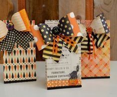 Halloween favor bags made with Brenda Waltons French Bow and Sweet Treat Bag dies from Sizzix halloween creative Dulceros Halloween, Halloween Paper Crafts, Halloween Projects, Halloween Cards, Holidays Halloween, Halloween Decorations, Halloween Sewing, Halloween Goodies, Halloween Treat Holders