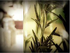 Έλαιο δεντρολίβανου: Χρήσεις που δεν γνωρίζατε Kraut, Healthy Tips, Glass Vase, Remedies, Plants, Stress, Nervous System, Beauty Tips, Health And Beauty