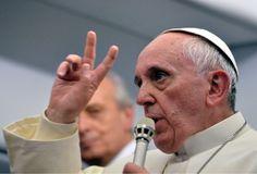 No podía ser en un lugar más apropiado que en el cielo. Ahí, a muchos miles de altura y en un avión, el papa Francisco concedió una entrevista a algunos de los periodistas. (AP)