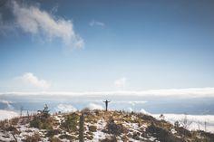 Aquí puedes descargar gratis esta imagen de un hombre frente a un acantilado con los brazos abiertos. > http://imagenesgratis.eu/imagen-gratis-de-un-hombre-con-los-brazos-abiertos-en-una-montana/