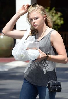chloe-grace-moretz-in-jeans-picking-up-some-food-to-go-in-beverly-hills_3.jpg (1280×1866)