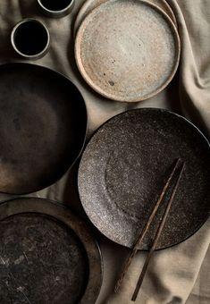 stages of clay dark clay ceramic plates Ceramic Tableware, Ceramic Clay, Kitchenware, Kintsugi, Pottery Plates, Ceramic Pottery, Wabi Sabi, Home Office Simples, Portfolio Fotografia
