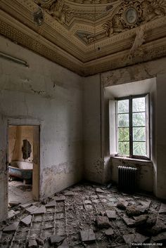 La Villa (Italy): I would so love to rehabilitate this villa back to its original state. Amazing and unique room.