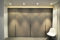 In deze slaapkamer werd ervoor gekozen om de maatkast niet volledig kamerhoog te maken. We plaatsten nl. verlichting bovenop de kast die zorgt voor extra sfeer in de kamer. Kast-ID Asse Wooden Wardrobe, Wardrobe Furniture, Wardrobe Cabinets, Bedroom Wardrobe, Wardrobe Closet, Built In Wardrobe, Closet Bedroom, Bedroom Lamps Design, Bedroom Lighting