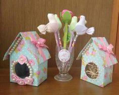 Como fazer casinha de passarinho com caixa de leite Diy And Crafts, Arts And Crafts, Casket, Paper Flowers, Centerpieces, Baby Shower, Rustic, Christmas Ornaments, Holiday Decor