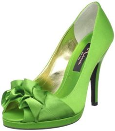 I love this shade of green. Still looking for these for myself and the bridesmaids.