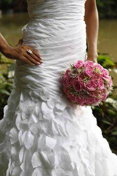 Vestido de noiva e bouquet clássico