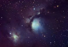 Na vasto complexo da Nuvem Molecular de Orionte, algumas nebulosas de reflexão azuis são particularmente aparentes. Aqui estão duas das mais proeminentes nebulosas de reflexão - nuvens de poeira iluminadas pela luz reflectida de brilhantes estrelas embebidas. A nebulosa mais famosa é M78, no canto superior direito, catalogada há mais de 200 anos atrás. No canto inferior esquerdo está a menos conhecida NGC 2071.