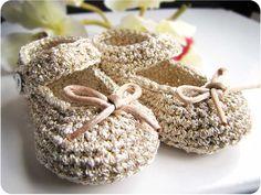 Cómo hacer unos patucos de crochet tipo merceditas Crochet Shoes Pattern, Crochet Baby Booties, Crochet Slippers, Crochet Patterns, Baby Girl Crochet, Crochet Baby Shoes, Love Crochet, Knit Crochet, Baby Slippers