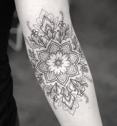 Pin by vivian rodas on tatoo tatuaje indie, tatuajes pequeño Dotwork Tattoo Mandala, Floral Mandala Tattoo, Mandalas Tattoos, Mandala Tattoo Sleeve Women, Lotus Mandala, Mehndi Tattoo, Flower Mandala, Body Art Tattoos, New Tattoos