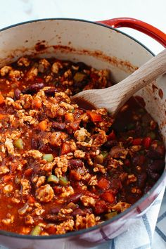 The BEST Turkey Chili recipe full of fresh veggies, lean turkey and tons of delicious flavor! Perfect for tailgates, meal prep and weekly dinners!