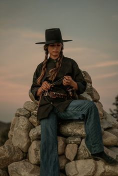 Western Outfits, Western Wear, Cowgirl Pictures, Cowboy Photography, Looks Country, Gothic Aesthetic, Southern Gothic, Engagement Photo Inspiration, Character Aesthetic