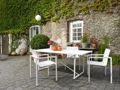 solpuri Outdoor Möbel // Pure Alu Stapelsessel + Tisch X-Series in Alu weiß
