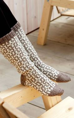 Woman 's Embroidered Socks Novita Teddy Bear Novita Knits - Super knitting Wool Socks, My Socks, Knitting Socks, Hand Knitting, Mitten Gloves, Mittens, Knitting Designs, Knitting Patterns, Men In Heels