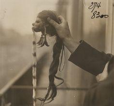 Photographe anonyme. Tête de Jivaro, vers 1900  Courtesy Galerie Lumiere des roses  http://lumieredesroses.com/