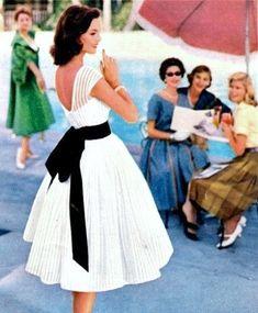 Белое платье в стиле 50-х