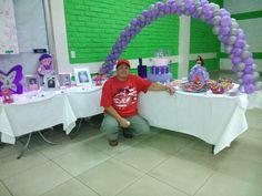 Decoracion de mesa para pastel y regalos