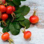 Hagebutten Beschreibung & Tipps. Hagebutten sind diese schönen roten Herbstfrüchte. Man findet sie an Wald- und Wegrändern, aber auch an Hecken. Die Hagebutte ist keine echte Frucht, besitzt aber einen hohen Gehalt an Vitamin C, andere Vitamine, Mineralstoffe u.v.m. Medizinischen Untersuchungen nach soll sie ein großes Wirkspektrum gegen Gelenkschmerzen, Harnwegserkrankungen und Arthrose besitzen. Eine Tinktur können Sie selbst herstellen. Vitamin C Benefits, Allrecipes, Vitamins, Flora, Snacks, Vegetables, Healthy, Plants, How To Make