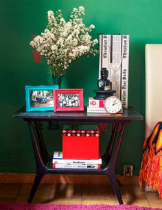 A simple decor and full color. Veja mais: http://www.casadevalentina.com.br/blog/materia/casa-do-leitor--c-sar-costa.html  #details #interior #design #decoracao #detalhes #simple #simples #ideia #idea #color #cor #casadevalentina