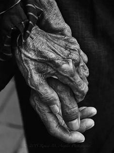 Photography Black And White Body Hands Ideas Black And White Bodies, Black White Photos, Black And White Photography, Hand Fotografie, Grow Old With Me, Hand Photography, People Photography, Old Couple Photography, Photography Lighting