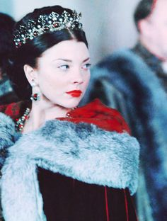 Natalie Dormer Hairstyles as Anne Boleyn in The Tudors. She seem to like being the queen. If you take the tv show as an accurate portrayal of Anne Boleyn, it would seem she wore a different crown … Los Tudor, Tudor Era, Tudor Costumes, Movie Costumes, Theatre Costumes, Tudor Series, Tv Series, Enrique Viii, The Tudors Tv Show
