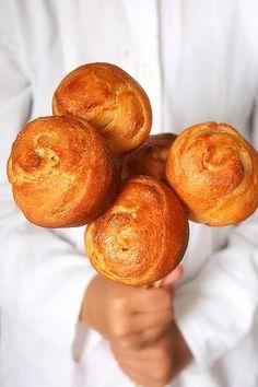 EDIT: Scroll down for the English version Tout est à croquer dans ces petits pains feuilletés!! A commencer par leur délicate forme en bouto...