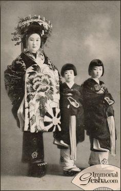 Tayuu and Kamuro.  About 1920'-30's, Japan.  Image via Naomi no Kimono Asobi on Flickr