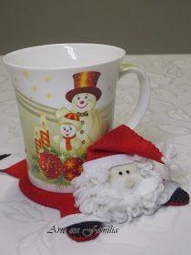 santa claus mug rug Christmas Coasters, Christmas Mugs, Christmas Ornaments, Felt Crafts Patterns, Mug Rug Patterns, Felt Decorations, Christmas Decorations, Christmas Fair Ideas, Diy And Crafts