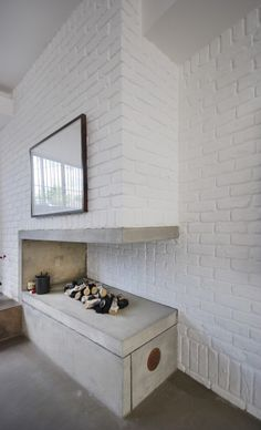 Image 6 of 15 from gallery of The Gables / Patalab Architecture. Photograph by Lyndon Douglas Concrete Fireplace, Home Fireplace, Fireplace Design, Fireplaces, Modern Fireplace, Concrete Floors, Style At Home, Interior Architecture, Interior And Exterior