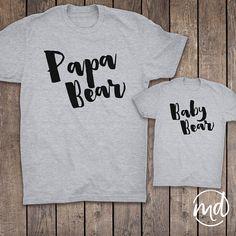 Papa Bär Baby Bär Set passend. Dieses Angebot ist für ein grau kurze Ärmel, Herren-t-Shirt und ein Baby Body oder Kleinkind T-shirt. ►TO BESTELLEN 1. Wählen Sie die Body und T-shirt-Größe aus dem Drop-down-Menü. Finden Sie unsere Größentabelle auf das letzte Angebot-Foto für die perfekte Passform. Baumwolle-Rohlinge haben einige Schrumpfung. 2. Wenn Sie den Text in einer anderen Farbe wünschen bitte enthalten Sie, die in der Notiz an Verkäufer beim Check-Out. Aktuelle Produktion Zeit…