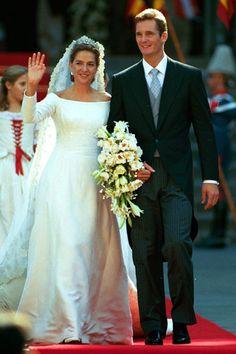 Cristina de Borbón e Iñaki Urdangarín. Fecha: 4 de octubre de 1997. Vestido: un discreto vestido con escote barco de Lorenzo Caprile