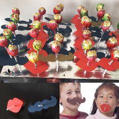 Verkoop goede doel. Chupa chups met een snor of schattige lippen. Leuk voor de kleintjes onder ons.