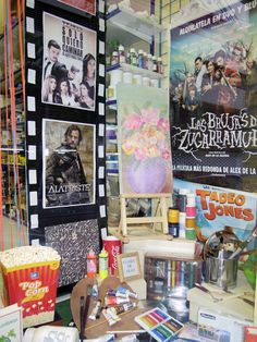 Escaparate Grisalla Manualidades decorado para el concurso de escaparates del Festival de Cine de Alicante