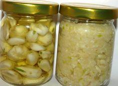 Cesnakové struky, cesnaková pasta Cesnakový prášok Strúčiky cesnaku nakrájame na tenké plátky a sušíme ako huby až do fázy, keď sa lupienky dajú ľahko zlomiť. Usušený cesnak pomelieme na mäsovom mlynčeku Cesnaková pasta Cesnak ošúpeme, prelisujeme lisom na cesnak alebo pomelieme na mäsovom mlynčeku, na 1 kg cesnaku hneď pridáme 250 g soli Cesnak v oleji Ďalšou možnosťou je naložiť ošúpaný cesnak do olivového oleja, ktorý môžeme ešte dochutiť rôznymi bylinkami podľa chuti. Home Canning, Russian Recipes, Preserves, Pesto, Pickles, Cucumber, Food To Make, Herbalism, Beans