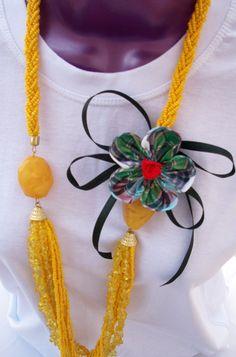 Belíssimo maxi colar produzido em tom amarelo, com flor de tecido, cristalizada.  A flor é uma preciosidade, e multiuso, pois possui fita de cetim que poderá ser amarrada a um outro colar, usá-la com tiar...
