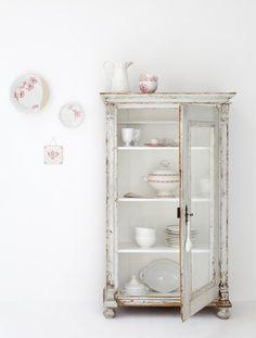 Brocante vitrinekast / servieskast van www.old-basics ! Mooie verweerde uitraling van het kastje past perfect bij de witte achtergond! Leuk zijn de subtiele rode details! Styliste is Fleur Spronk