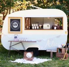 Food Inspiration food truck in dodge camper? Caravan Bar, Retro Caravan, Caravan Ideas, Camper Ideas, Mobile Cafe, Mobile Shop, Mobile Boutique, Coffee Carts, Coffee Truck