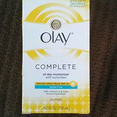 Olay daily moisturizer Unopened sill in package, with broad spectrum SPF 15. Also vit E and aloe.  8 hour hydration.  Oil free. Olay Makeup
