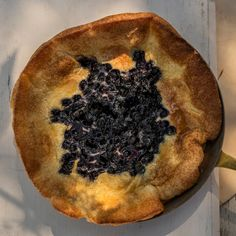 Dutch baby – ugnspannkaka med blåbär | Recept ICA.se Brunch, Fika, Spanakopita, Gluten, Baking, Breakfast, Ethnic Recipes, Desserts, Morning Coffee