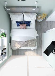Kis hálószoba világoszöld falszínnel, tolóajtós gardróbszekrénnyel - Lakberendezés trendMagazin Bed Pillows, Pillow Cases, Home, Bedroom Decor, Bedrooms, Arquitetura, Pillows, Ad Home, Homes