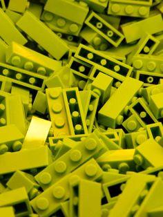 Legoblokjes: de structuur is kunstof, de textuur is glad en/of rondjes.