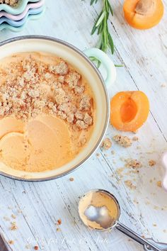 Marilleneis mit Streusel (mit und ohne Eismaschine) Good for body and soul: Apricot ice cream with crumble (with and without ice cream maker) Ice Cream At Home, Mint Ice Cream, Yummy Ice Cream, Ice Cream Maker, Ice Cream Recipes, Frozen Yoghurt, Frozen Fruit, Frozen Desserts, Flan