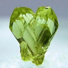 Натуральный хризоберилл, кристалл